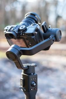 ステディカムのカメラ。冬、背景の木