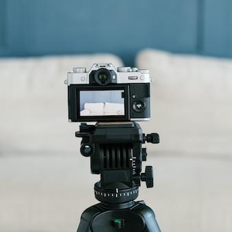 Камеру на штативе для легкого и удобного создания видеоматериалов. оборудование и инструменты для концепции ведения блогов.