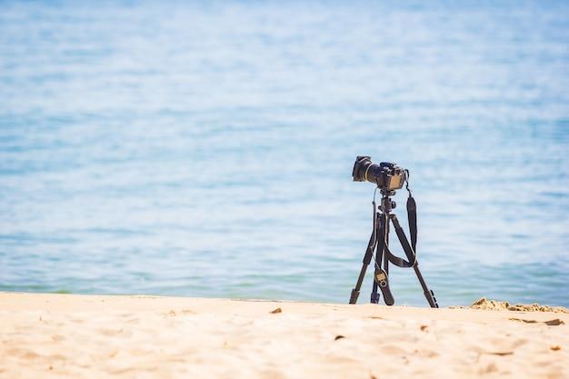 Камера на штативе, установленная в море.