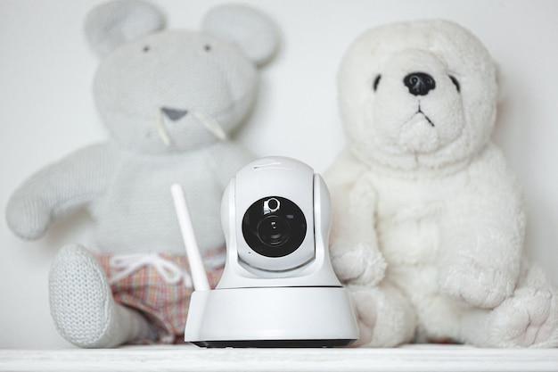 아기 모니터 역할을하는 장난감이있는 선반에 카메라