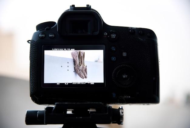 Фотоаппарат на штативе фотографы снимают живописные виды.