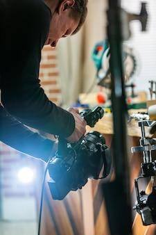 シネマカメラを操作するカメラマン