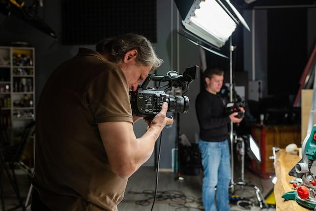 시네마 카메라로 작업하는 카메라 운영자