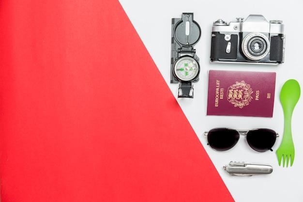 Macchina fotografica e passaporto vicino a forniture di viaggio