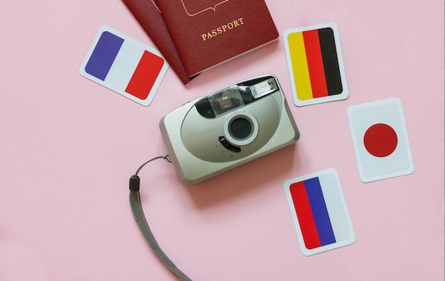 カメラ、パスポート、世界の国の旗