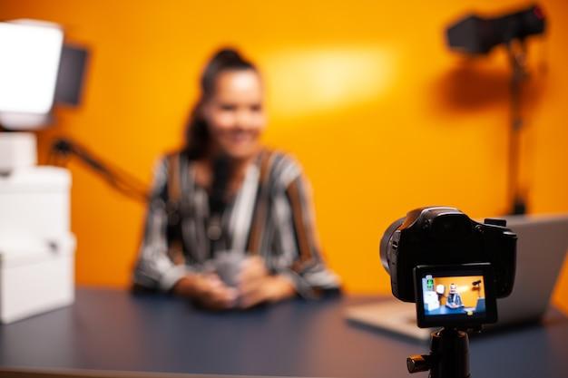 Videoblog di registrazione della fotocamera nello studio domestico di una giovane donna famosa