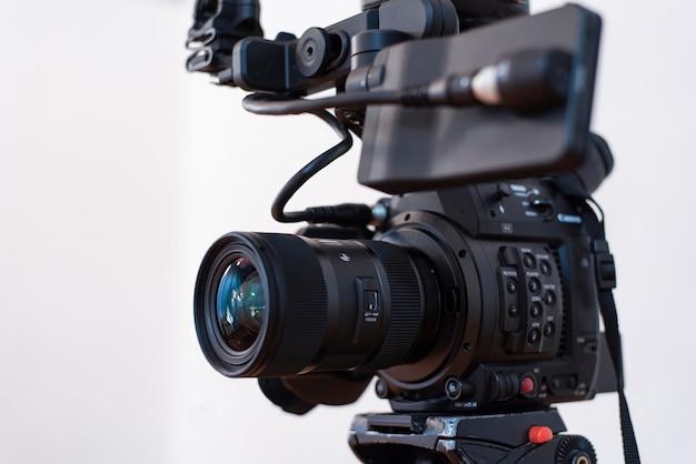 白い背景の上のフィルムシーンを撮影するカメラマンのカメラセット