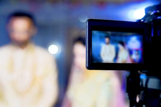 カメラショービューファインダー画像結婚式での動きをキャッチ、感じをキャッチ、最高の記念日のコンセプトで動きを止めました。ビデオシネマデジタル一眼レフカメラから。ビデオシネマ制作。