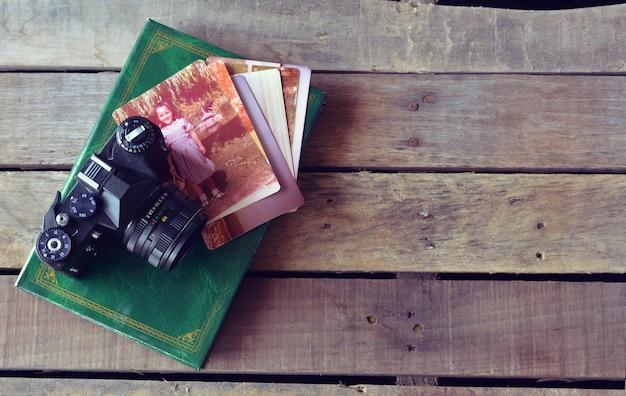 Фотоаппарат винтаж с антикварными фотографиями и фотокнигами
