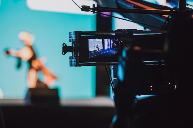 プロのカメラで夜のエンターテイメントを撮影するカメラマン