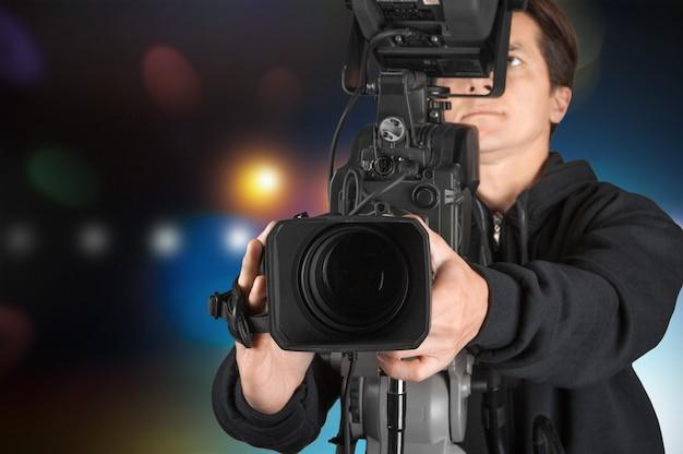 고립 된 카메라로 작업하는 카메라맨