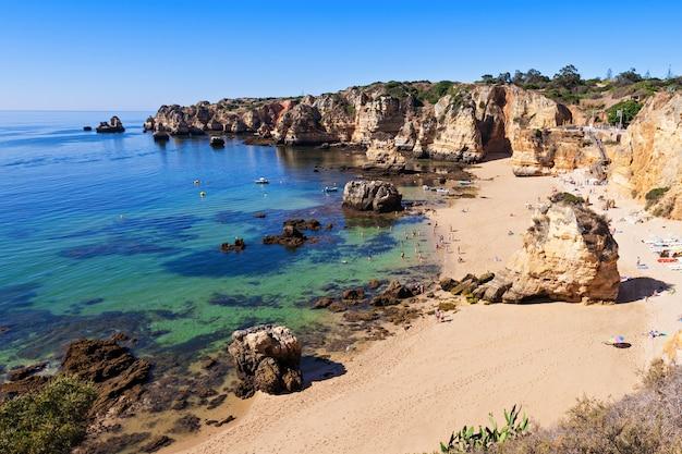 Пляж камило в лагуше, регион алгарве в португалии