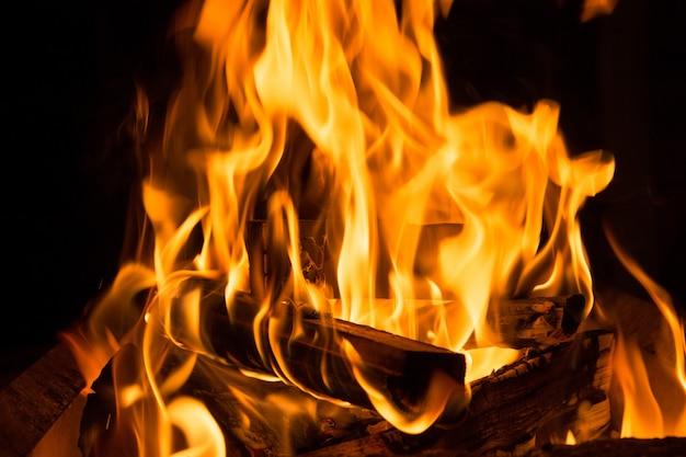 木の丸太を燃やす夜のキャンプの火