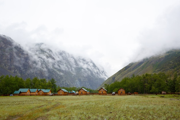 Лагерь в ущелье между двумя скалами, покрытыми туманом