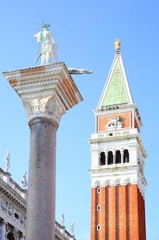 イタリア、ヴェネツィアの列にあるカンパニールとセントテオドロ