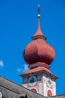 돌로미티 중심부에 있는 val gardena의 urtijei 산악 마을에 있는 종탑