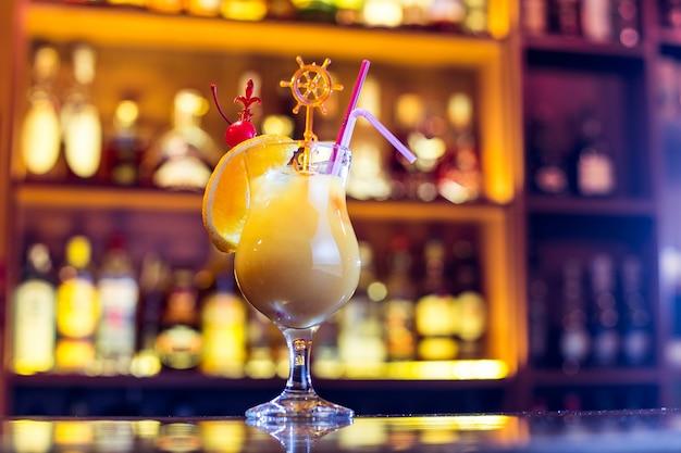 バーでカンパリオレンジカクテル。アルコール飲料(閉じる)