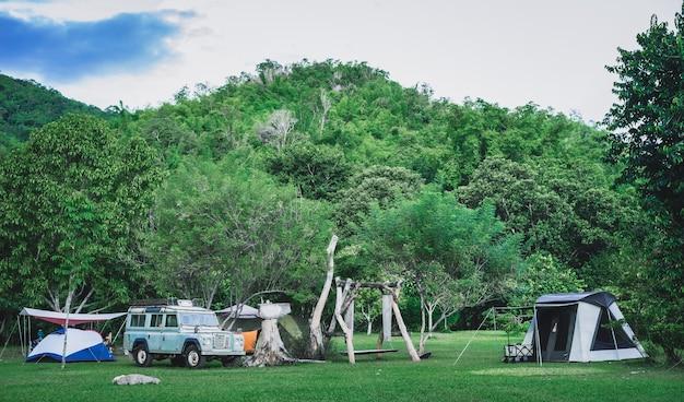 自然公園の山でキャンプやテント