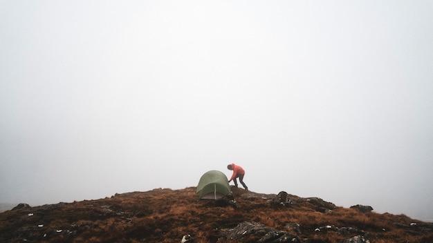 スコットランドの霧深いグレンコーでのキャンプ
