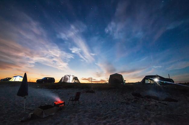 Кемпинг на пляже поздним вечером слышен некоторый шум из-за высокого iso.