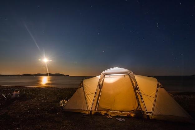 夜空の下のビーチでのキャンプ
