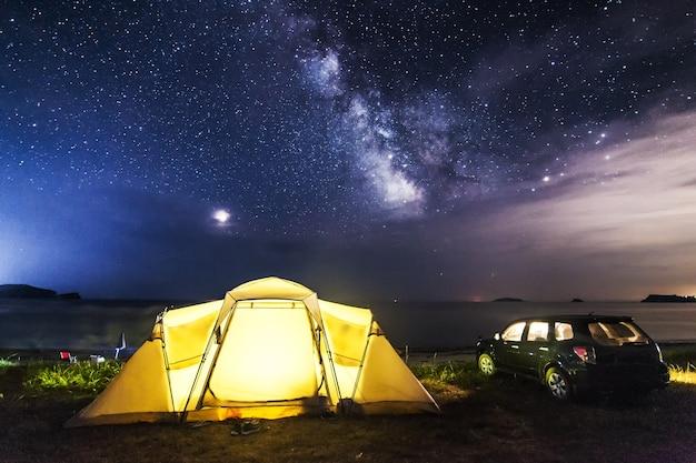 Кемпинг на морском пляже под ночным небом