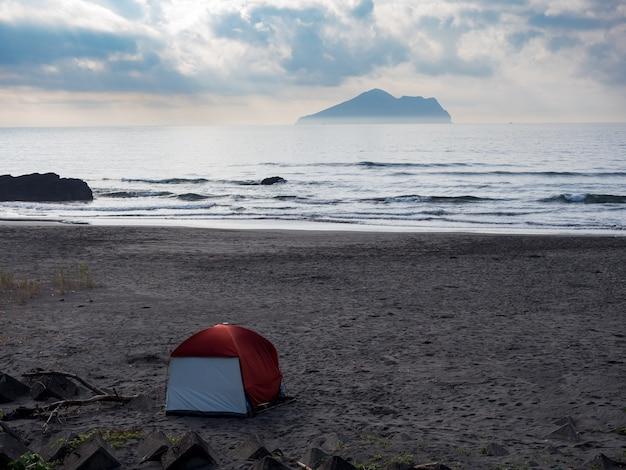 台湾宜蘭県亀山島前の海辺でのキャンプ。