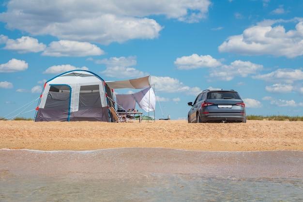 砂浜の海でキャンプ。野外活動。