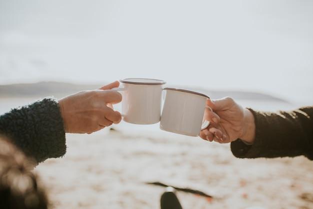 아침에 커피를 마시는 캠핑 커플