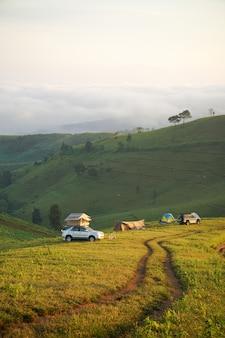 산의 아름다운 곳에서 캠핑