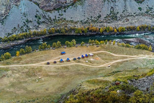 위에서 chulyshman 강 보기의 협곡에서 캠핑. 알타이, 러시아