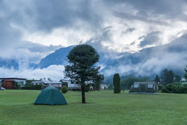 새벽에 산속에서 캠핑