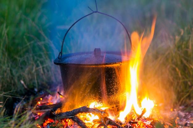 キャンプキッチン用品-屋外のキャンプ場で火鍋