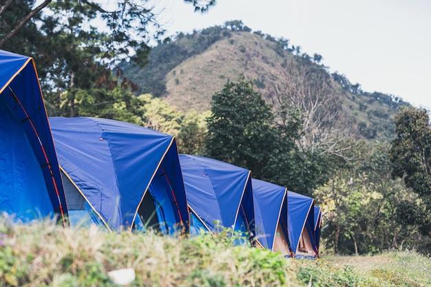 Campeggio in natura durante la stagione invernale