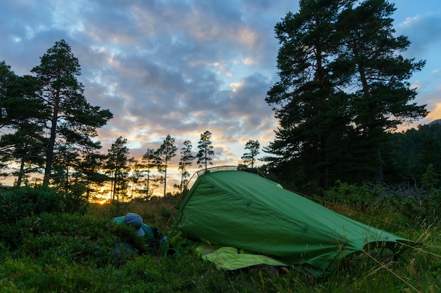 Кемпинг в лесу на закате или восходе солнца