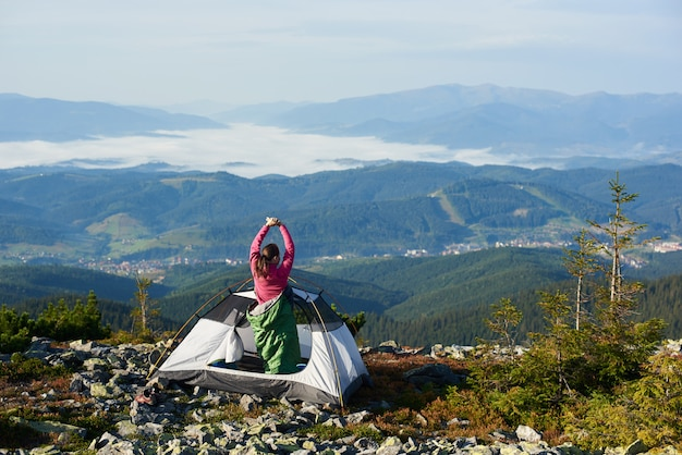 밝은 여름 아침에 산 꼭대기 캠핑