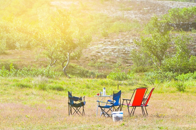 キャンプチェアとテーブルのあるキャンプ場 Premium写真