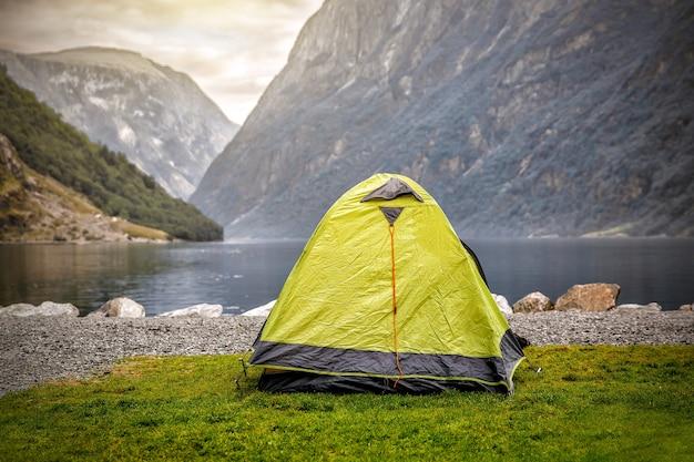 경치 좋은 야생 피요르드에서 캠핑 텐트, 백그라운드에서 산맥이있는 호숫가-노르웨이 캠핑