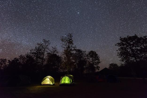 キャンプテントは星空の夜空の下で輝きます