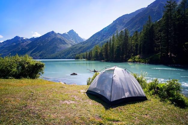 자연 속에서 캠핑 텐트입니다. 산과 호수.