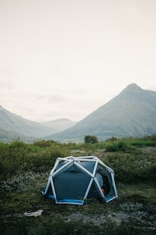 Палатка для кемпинга, надувная конструкция на склоне горы, красивое и вдохновляющее место для лагеря для активного образа жизни на открытом воздухе