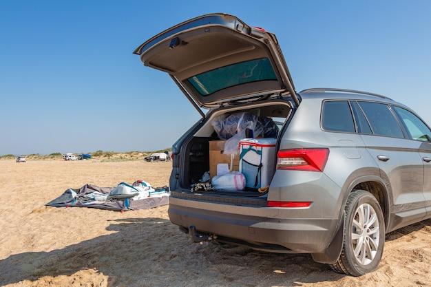 ビーチのキャンプテント。アドベンチャーキャンプの観光と海または湖のそばのテントと車。