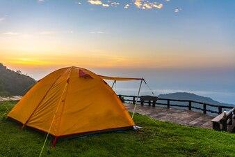 チェンライ、タイで日の出中の山のキャンプテント。