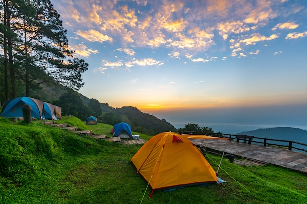 치앙 라이, 태국에서 일출 동안 산에 캠핑 텐트.