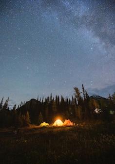 Кемпинговые палатки с млечным путем и звездным ночным небом на кемпинге в осеннем лесу в национальном парке