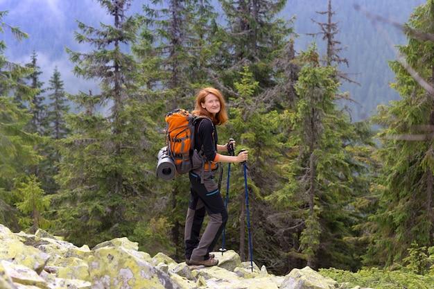 Поход. девушка-путешественница в горах. горганы, украина.