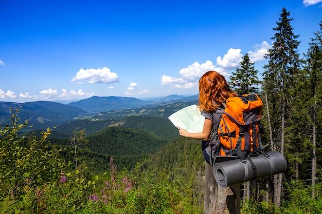 Поход. девушка-путешественница с картой в горах карпат. горганы, украина.