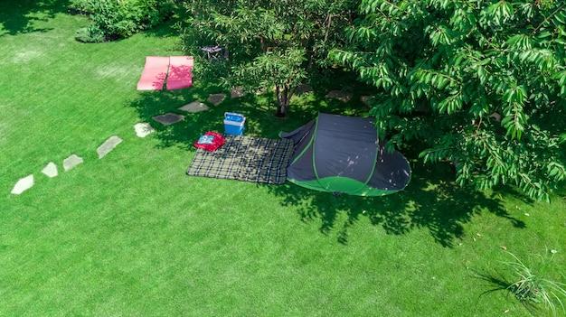 위에서 캠프장 조감도, 텐트 및 나무 아래 캠핑 장비