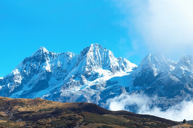 Кемпинг с палатками на вершине высоких гор, покрытых снегом. канченджанга, индия.