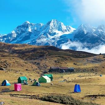 Кемпинг с палатками на вершине высоких гор